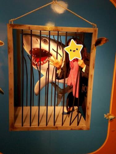神戸トリックアートのサメに追われている