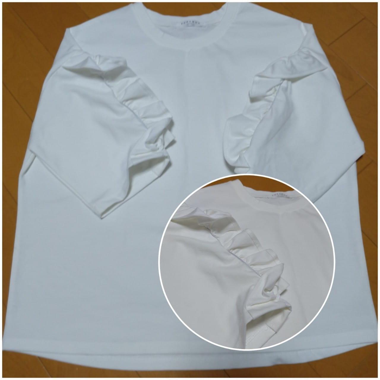 袖がフリルの白トップスざっくり