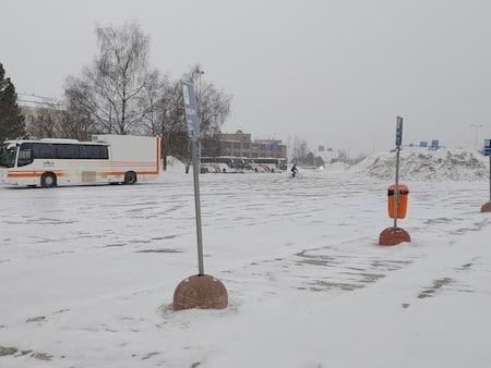 ロバニエミバス停の停車場と冬景色