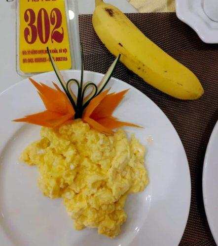 HANOILITTLETOWNHOTELの朝食のスクランブルエッグ