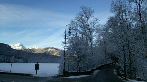 凍っている湖と山道