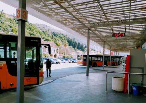 ドブロブニクのバス停コトル行きバス