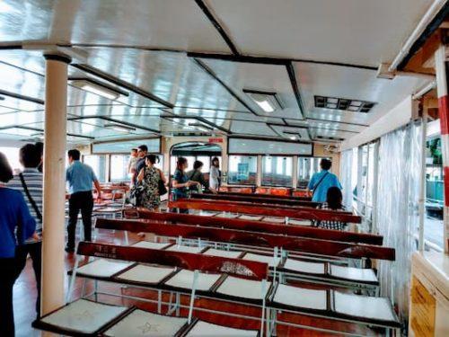 スタ-フェリ-の船内