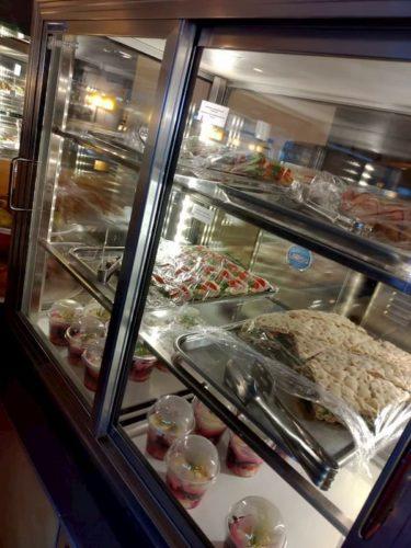 タリン空港のラウンジの食べ物
