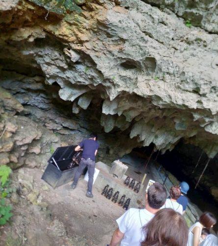 ガンガラーの谷の洞窟