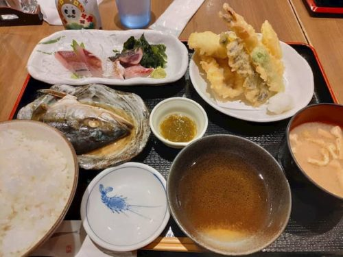 金沢駅の魚菜屋の定食