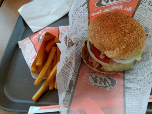 沖縄A&Wのハンバーガーとポテト